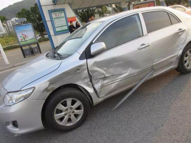 女司机开车直行被掉头车撞!明明没有责任,警察却把她