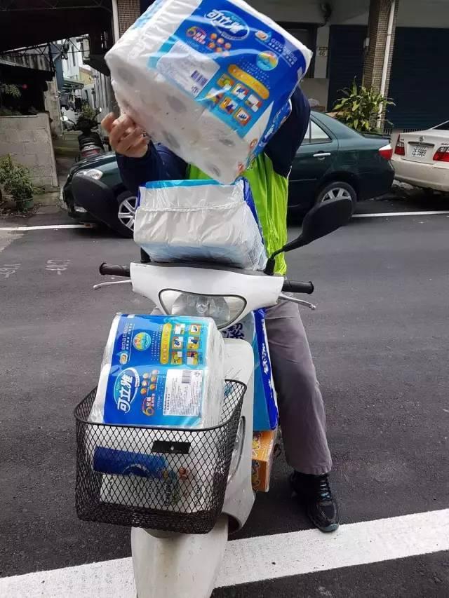 △2月26日,台湾嘉义。民众到卖场等通路抢购卫生纸,一车车载回家。
