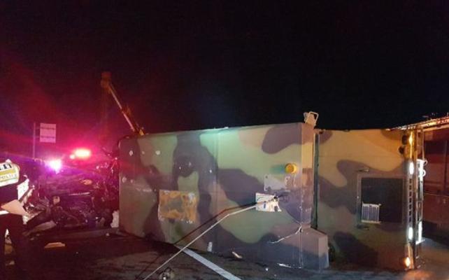 7日晚,一辆美军悍马车被韩国卡车撞翻