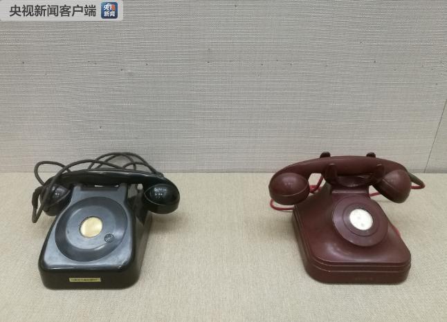△周恩来在人民大会堂临时办公室使用过的红色和黑色保密电话机