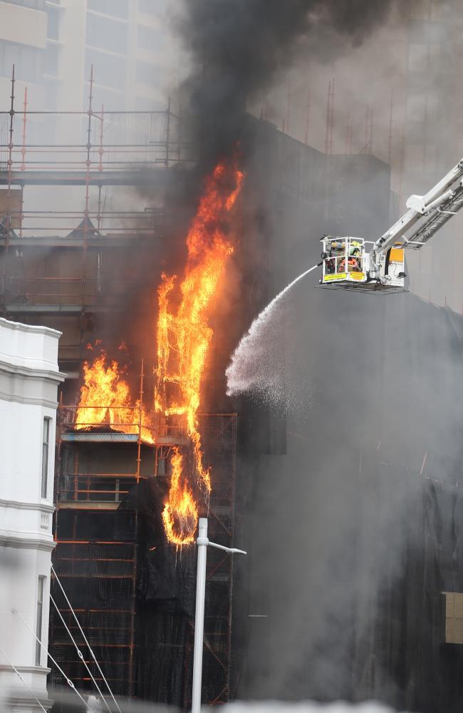 消防人员灭火(图片来源:澳大利亚新闻网)