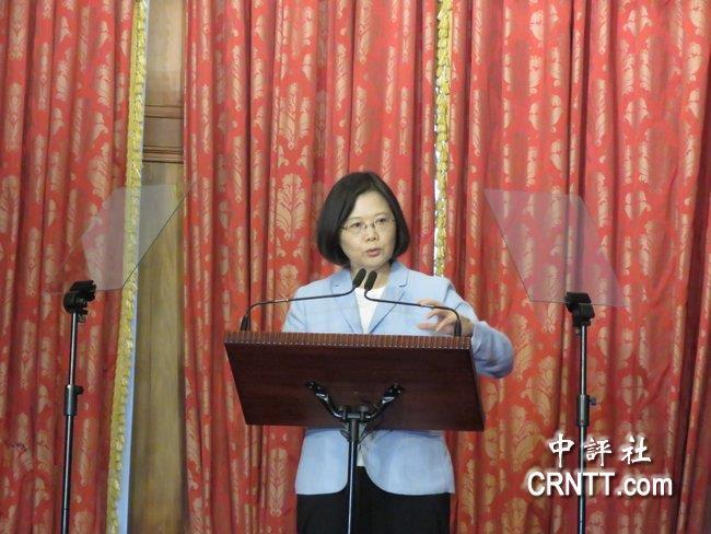 台湾反年改团体对蔡英文发动如影随行的抗议,并曾向蔡英文车队丢鞋,被法院裁定违法。(图片来源:香港中评社)