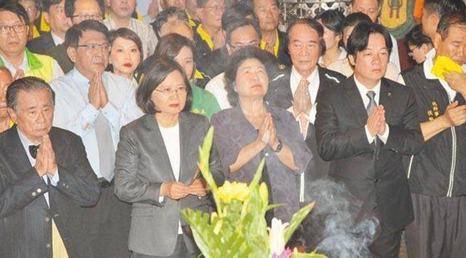 蔡英文(左三)前往南鲲�参拜,台南市长赖清德(右二)、高雄市长陈菊(右三)、屏东县长潘孟安(左二)陪同出席。