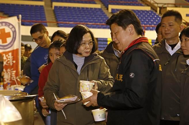 台湾地区领导人蔡英文与花莲县长傅昆萁。(图片来源:台湾《中时电子报》)
