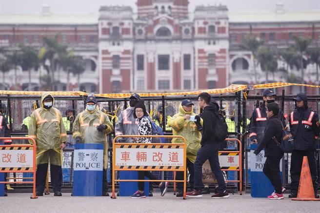 """雨中的""""总统府""""外架起""""拒马阵""""(图片来源:""""中时电子报"""")"""