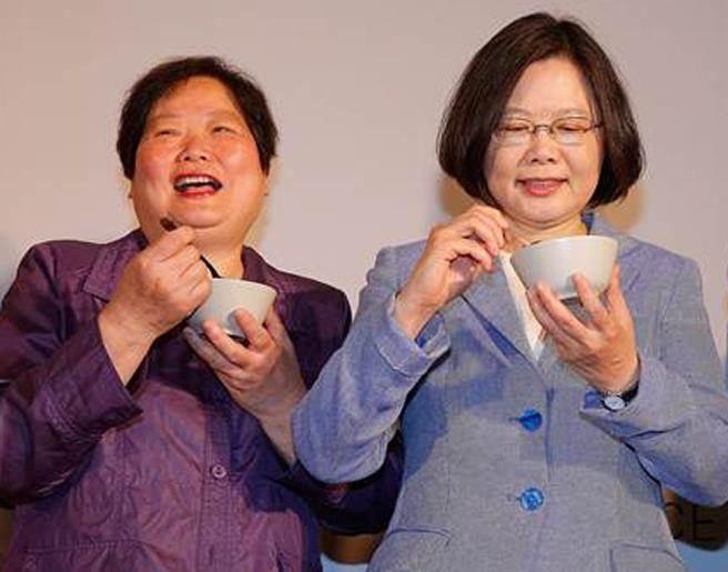 蔡英文与蔡英文表姐、台劳动部门负责人林美珠。(台媒资料图)