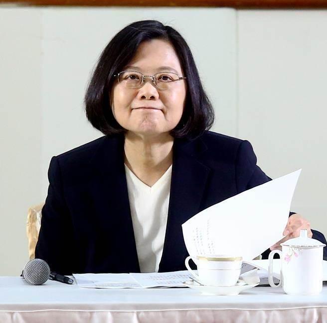 """台湾地区领导人蔡英文民调大幅下降(图片来源:""""中时电子报"""")"""
