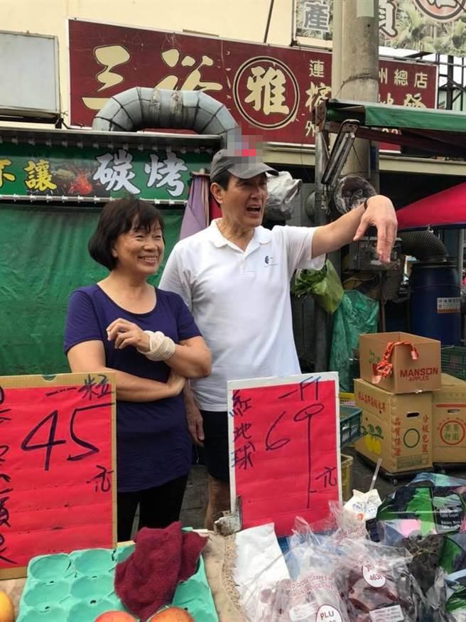 马英九帮龙应台叫卖水果(图片来源:龙应台脸书)