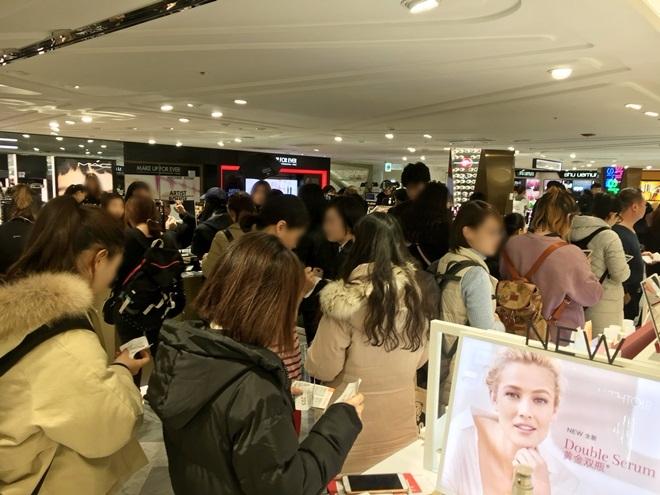 11月21日下午,乐天免税店挤满中国游客,多为代购