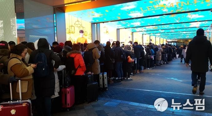 7日,在乐天免税店外排队等待的中国游客