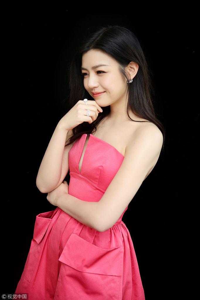 陈妍希�9g�[�xZ_2018年1月17日,上海,第八届g客盛典在上海举行,陈妍希红毯前拍写真.