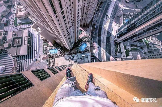 冷俊在东南亚某城市地标大厦的楼顶