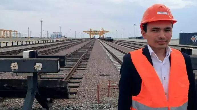 ▲资料图片:一名工作人员站在霍尔果斯无水港。(路透社)