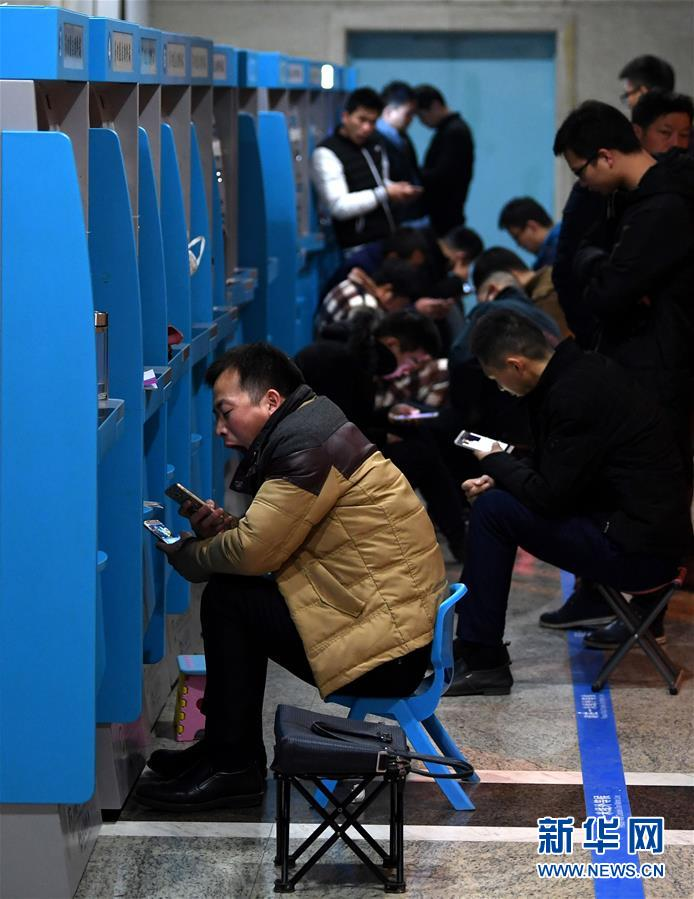12月4日凌晨,在合肥一家医院的自助挂号机前,已有不少市民在等候挂妇产科号。新华社记者 刘军喜 摄