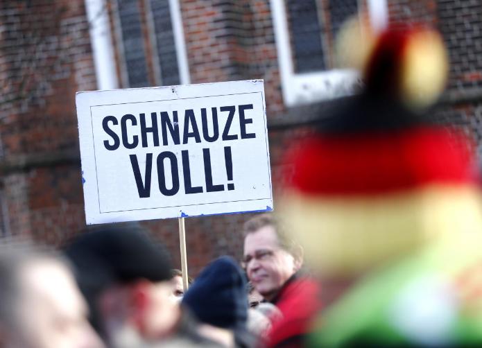 德国难民和极右团体同时上街示威 默克尔很为难
