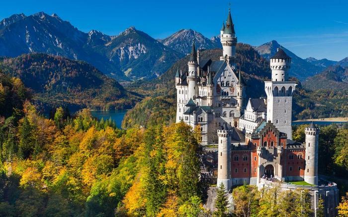 当然,童话故事总是比我们印象中更加黑暗和令人不安——在城堡中,你
