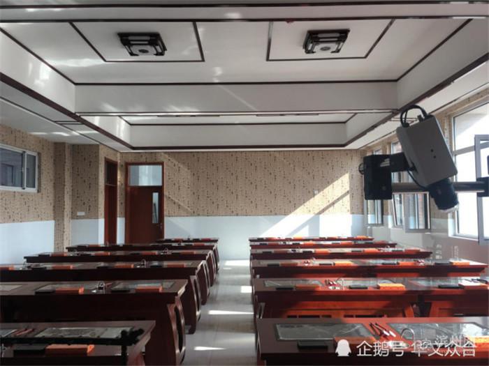 现场,在中式古典风格装修的数字书法教室里,整齐地摆放着46套古典书桌图片