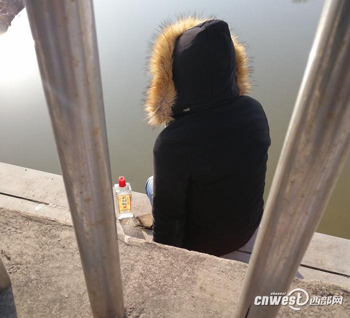 """男子酒后坐浐河桥外欲轻生 原是女友""""失联""""太伤心"""
