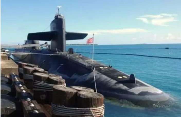 在美军迪戈加西亚基地停靠的SSGN 728佛罗里达号巡航导弹核潜艇。