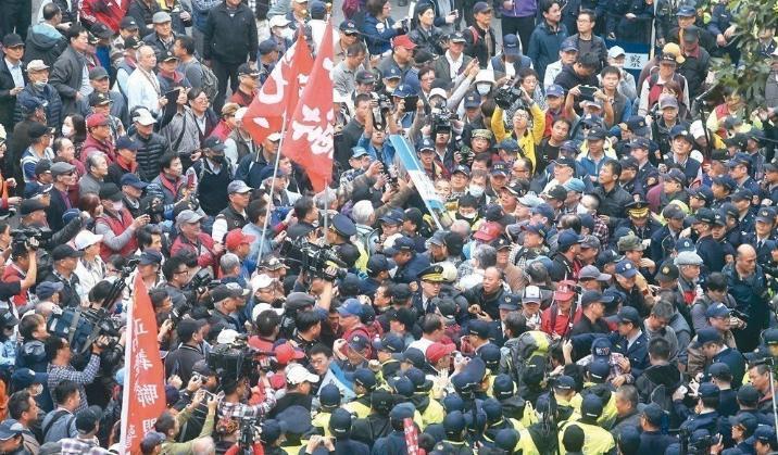 """反年改团体昨天(27日)清晨五点多突袭攻入""""立院院""""区。(台媒配图)"""