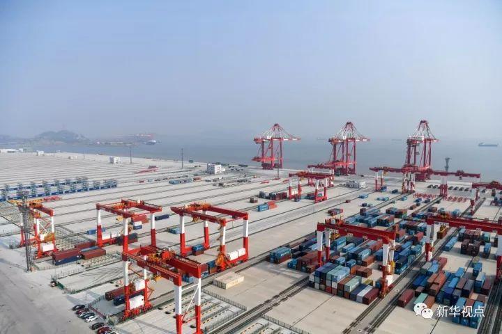 7月25日拍摄的上海洋山深水港四期工程码头(局部)。新华社记者申宏摄