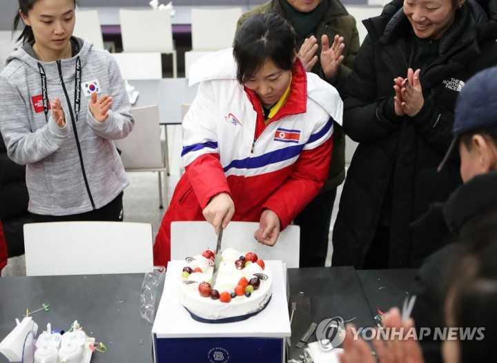 朝鲜选手切生日蛋糕