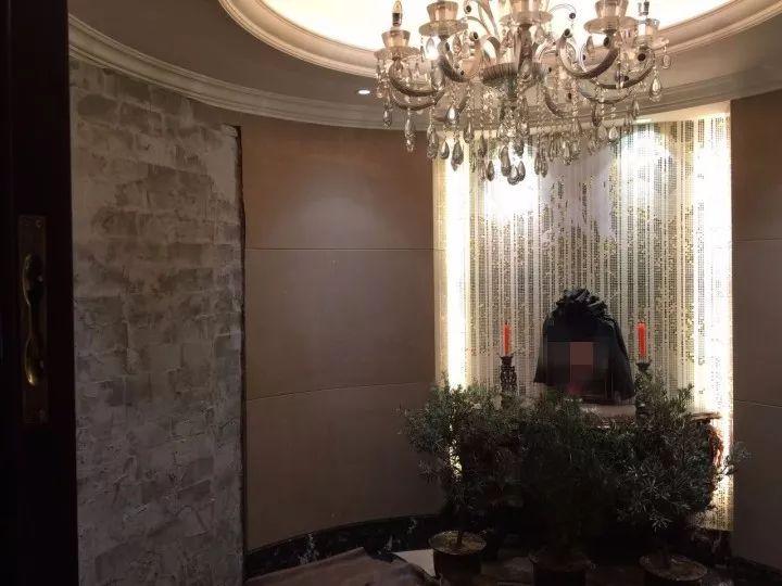 在玄关处摆设灵堂。图片来自看温州客户端