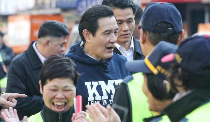 马英九发春联被女性摊主求合照。(图片来源:台湾联合新闻网)