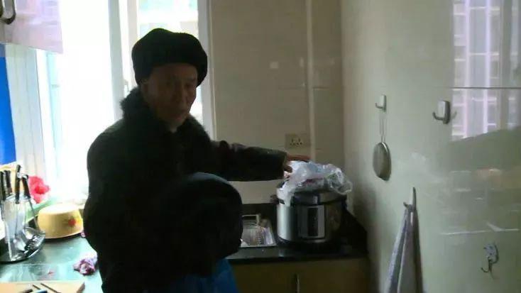 """老人收拾厨房时羽绒服突然""""爆炸""""!这些安全常识不得不知"""