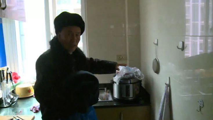 可怕!老人收拾厨房,身上的羽绒服突然爆炸!咋回事?