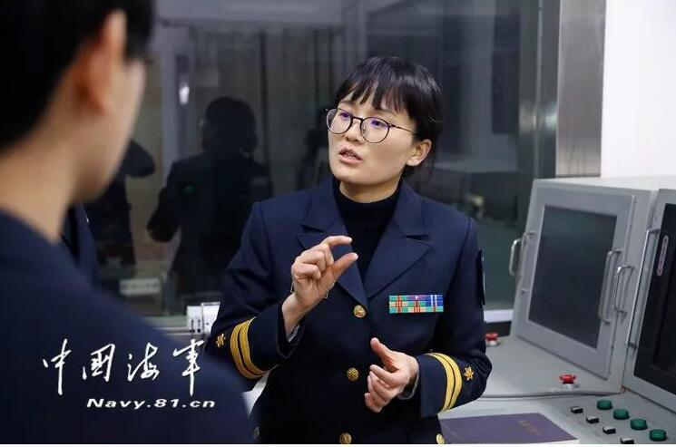 """""""全国三八红旗手""""获得者、海军工程大学副研究员张晓"""