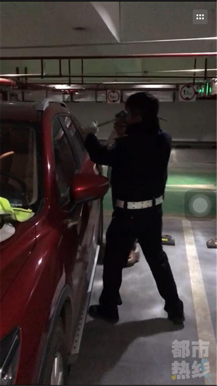 粗心妈妈将不满一岁宝宝锁车内 交警消防联合救人