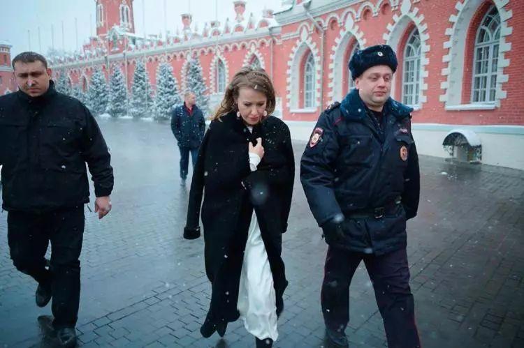 """俄女总统候选人上周水泼对手 这次被""""回敬""""了"""