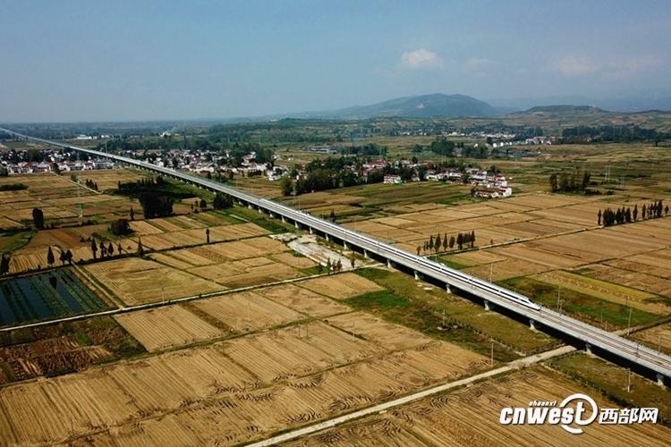 一列动车组试验列车行驶在陕西汉中市境内的西成高铁一座铁路大桥上。(唐振江 摄)