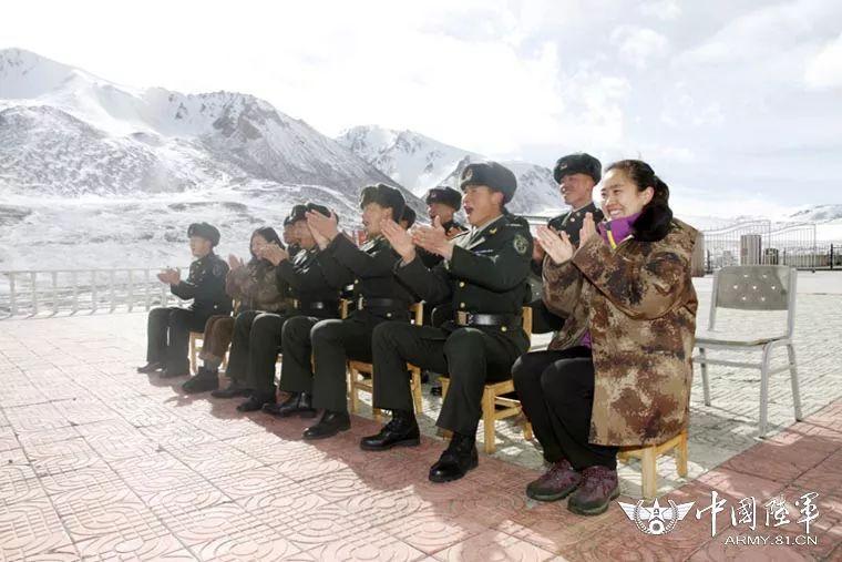 【中国陆军之声·夜读】这一刻,隆冬的哨所充溢温情