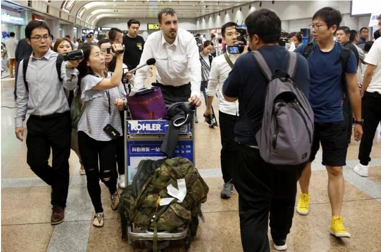 ▲资料图片:2017年8月31日,在美国禁止美国人前往朝鲜命令生效前,美国游客伯克黑德从平壤抵达中国北京机场。(路透社)