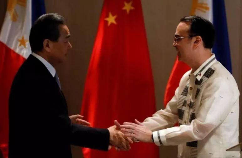 ▲资料图片:2017年7月25日,中国外交部长王毅(左)在马尼拉与菲律宾外交部长卡耶塔诺举行会晤,并谈及南海问题。