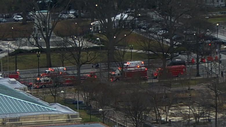 白宫安全栅栏遭汽车撞击 事发时特朗普刚