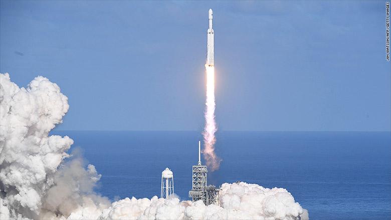"""SpaceX的""""猎鹰重型""""成为地表最强大的火箭。(图源:CNN)"""