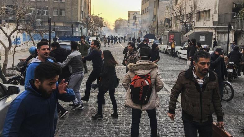伊朗示威者冲撞市政大楼爆冲突 死亡人数升至20人佛坪吧