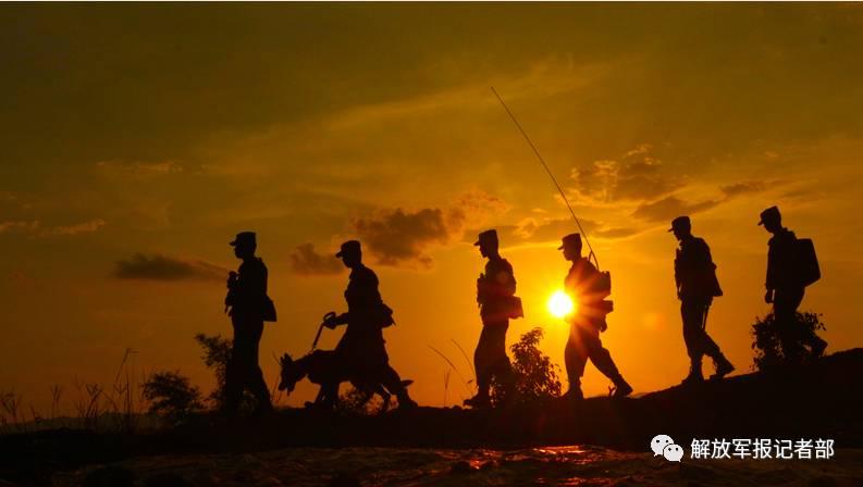 """一个军人在夕阳下图片_影像回忆录!一组图片记录边防军人2017年的""""春夏秋冬"""" 边防 ..."""