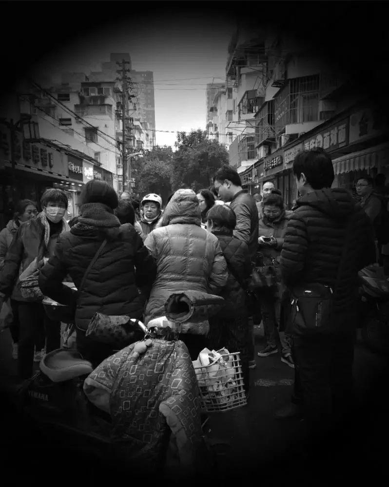 2018年元旦,钱宝网的一部分投资者聚集在南京市公安局旁边一起商讨对策。 《中国经济周刊》记者 刘照普 | 摄