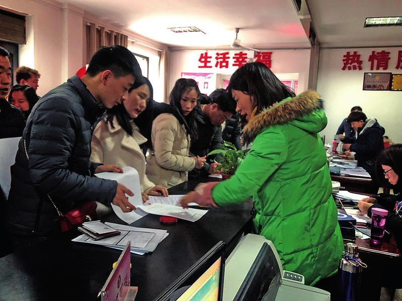 2月14日情人节渭南市民扎堆领结婚证