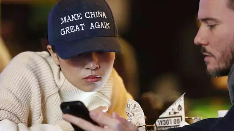 """▲一位女士头戴""""让中国再次伟大""""的棒球帽。(欧洲新闻图片社)"""