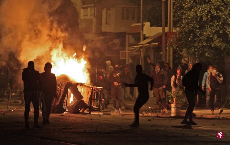 突尼斯连日来的示威演变成骚乱,示威者当街纵火,还攻击执法人员,引发冲突。