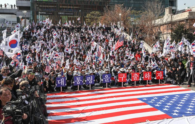 朴槿惠3000名铁粉示威游行 巨幅星条旗铺