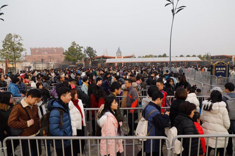"""公安""""一级勤务""""下的上海跨年地标现场:连接临时护栏的尼龙扎带一天也要测两次牢固度"""