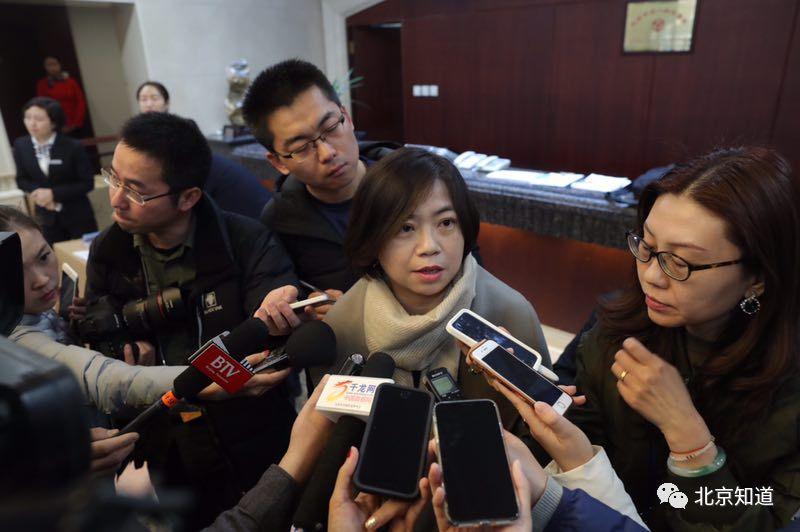 厉莉接受采访,谈民间借贷问题。