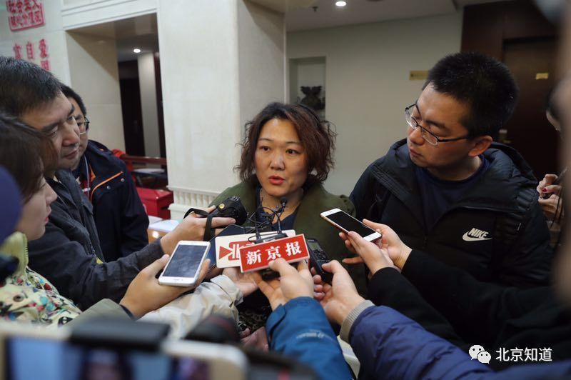 班宇侠接受媒体采访,谈当选代表的感受。