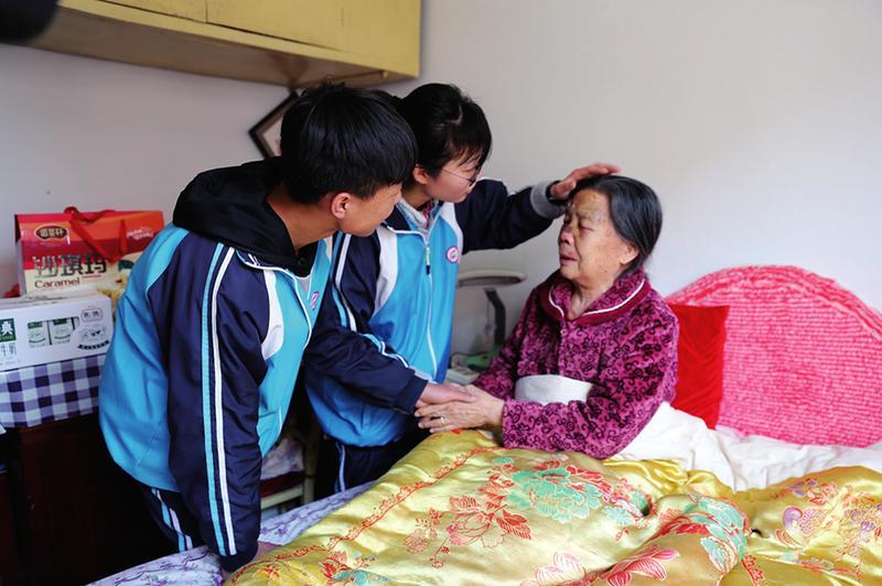 86岁老人摔倒血流满面 西安俩高中生送医不留名